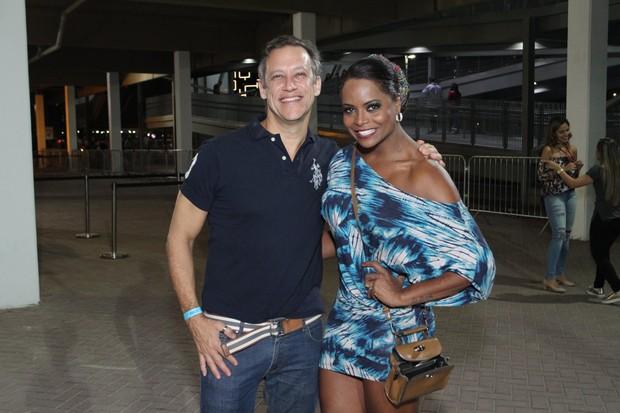 Adriana Bombom e o noivo (Foto: Thyago Andrade/Brazil News)