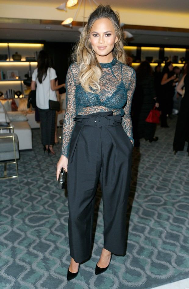 Chrissy Teigen em evento em Los Angeles, nos Estados Unidos (Foto: Jeff Vespa/ Getty Images)