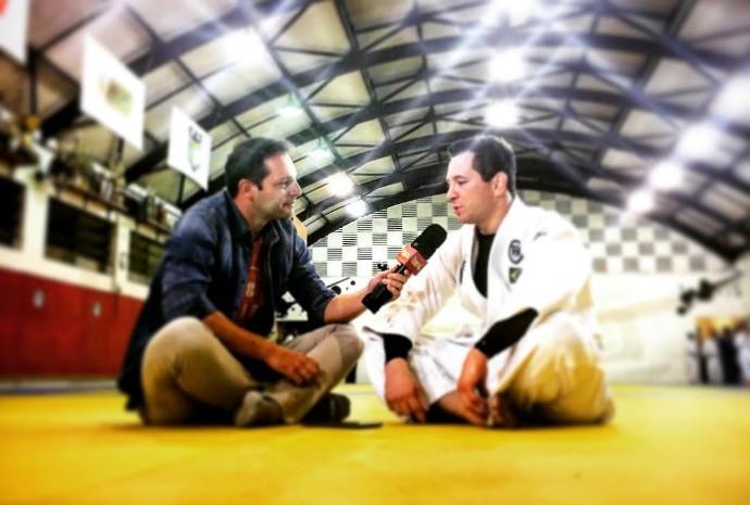 Mateus Luz entrevista o judoca Tiago Camilo (Foto: Reprodução / TV TEM)