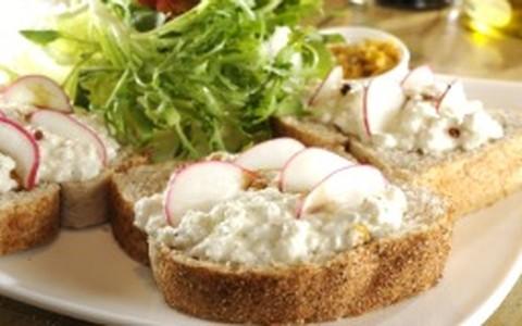 Sanduíche de queijo cottage com granola