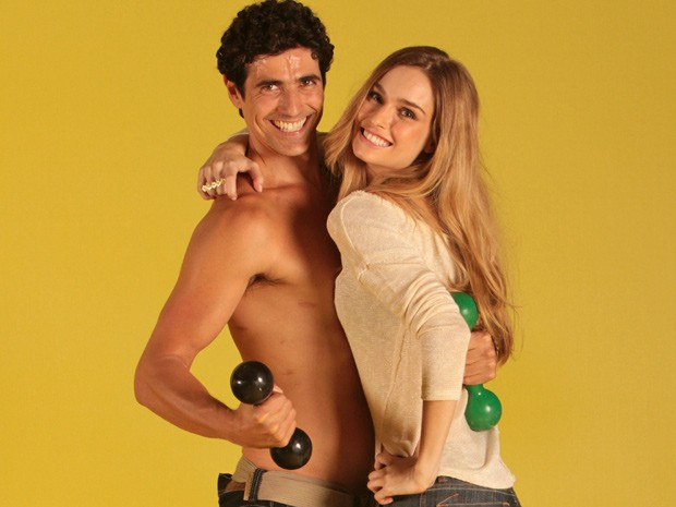 Analú aproveita ensaio para tirar uma casquinha de Nando (Foto: Guerra dos Sexos/ TV Globo)