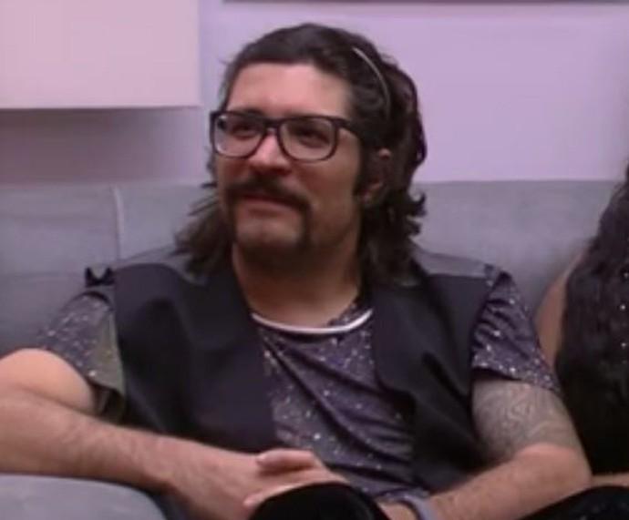 Ilmar está tentando abandonar o cigarro na casa do 'BBB17' (Foto: TV Globo)