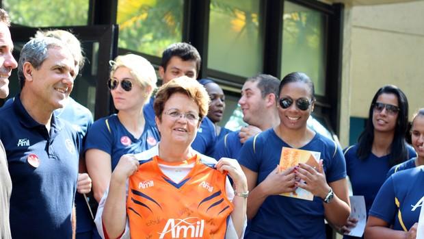 Elenco do Campinas presenteia Silvia Brandalise com camisa autografada do clube (Foto: Patty Peppe/Noblu Sports)