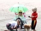 Coberta da cabeça aos pés, Gwen Stefani leva os filhos à praia