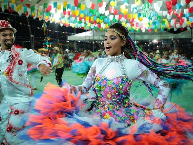Casal dança durante apresentação da Chapéu de Palha (Foto: Jonathan Lins/G1)
