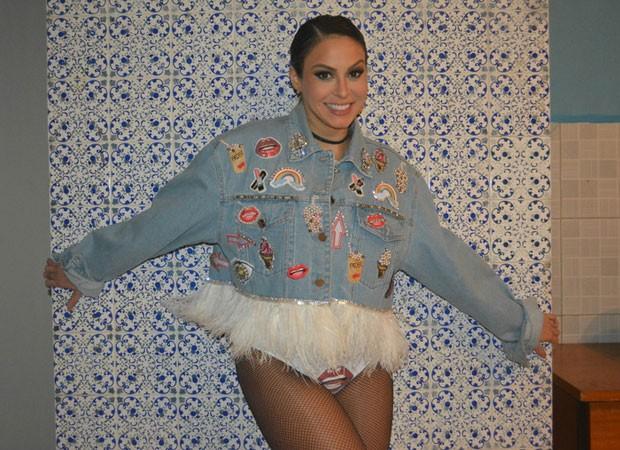 Alinne Rosa usa figurino provocante em Pernambuco