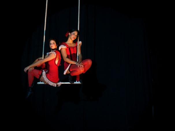 Luana Serrat e Nana Porto, da Cia Picolino, fazem acrobacia para homenagear o rádio (Foto: Divulgação)