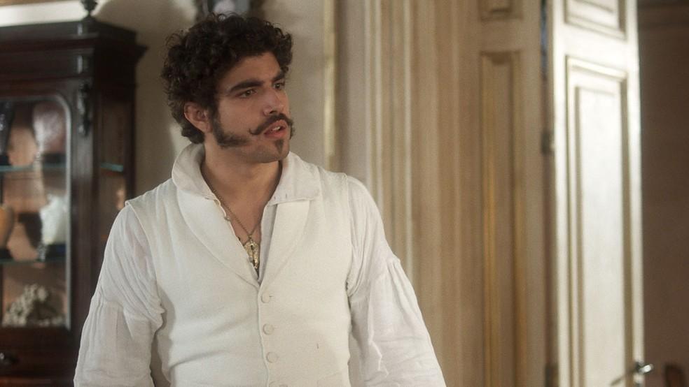 Pedro estranha ao vê-la mal e logo leva uma 'bronca' da esposa (Foto: TV Globo)