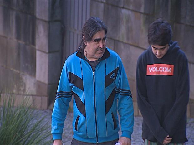 Torcedores argentinos deixam consulado em Porto Alegre (Foto: Reprodução/RBS TV)