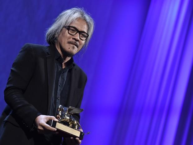 Diretor das Filipinas Lav Diaz recebe o Leão de Ouro de Veneza pelo filme 'The Woman Who Left' (Foto: Tiziana Fabi / AFP)