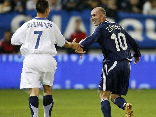 Schumacher já bateu bola ao lado de Zidane (Foto: Divulgação)