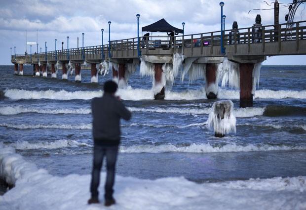 Baixas temperaturas criaram estalactites de gelo em um cais na praia de Zingst (Foto: Jens Buttner/AFP)