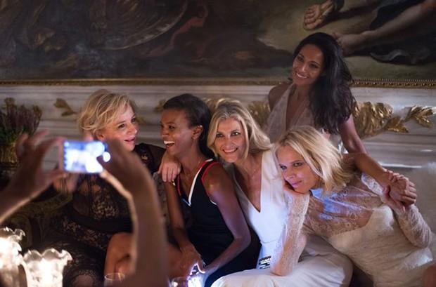 "Designer Alberta Ferretti (left) with models Liya Kebede, Tereza Maxova, Eva Herzigova and novelist Rula Jebreal (standing) at the ""Chaos and Creation"" after-party (Foto: Divulgação)"