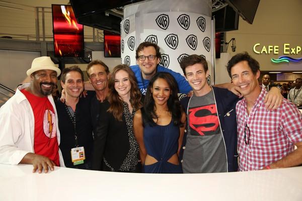 Andrew Kreisberg ao lado do elenco de 'The Flash' (Foto: Getty Images)