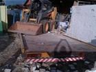 Jovem rouba caminhão, bate e derruba muros de duas escolas no TO