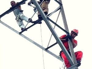 Homem foi resgatado em torre na Zona Oeste de Manaus (Foto: Divulgação/Corpo de Bombeiros)