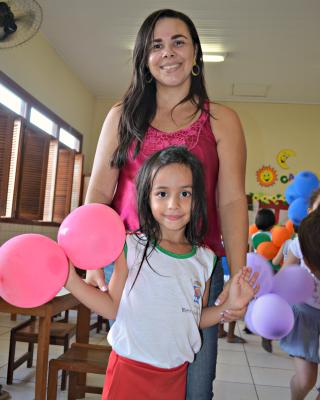 Para a professora Adriana Alves, a menina vai aprender a falar antes de um ano, prazo estipulado pelos médicos (Foto: Caio Fulgêncio/G1)