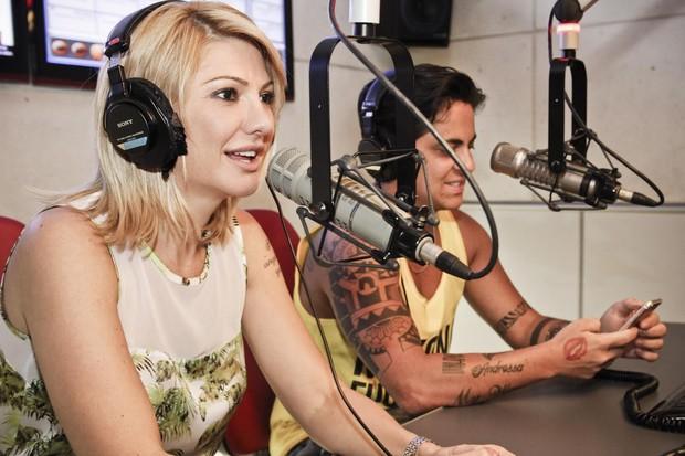 Antônia Fontenelle e Thammy Miranda em programa de rádio (Foto: Rodolfo Viana/FM O Dia - Divulgação)