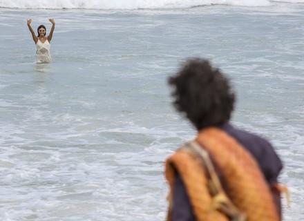 Ruy encontra Rita na praia com a cauda