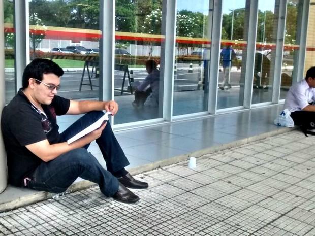 Marcos Luz, 26 anos, chegou cedo para evitar novo atraso (Foto: Suelen Gonçalves/G1 AM)