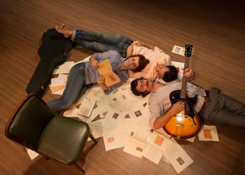 O músico Pepê Barcellos executa trilha sonora ao vivo (Foto: divulgação)