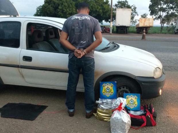 PRF prende homem com mais de 15 mil comprimidos de rebite, em Goiás (Foto: Divulgação/PRF)