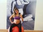 Rafa Brites posa exibindo o barrigão de cinco meses de gravidez: 'Malhando'