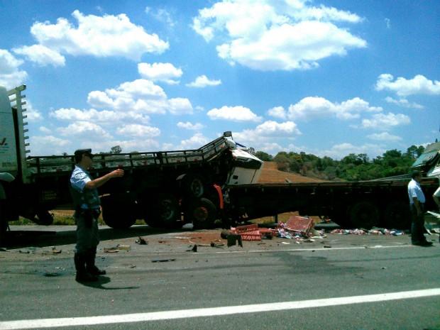 Rodovia ficou bloqueada com os destroços dos veículos (Foto: Cláudio Nascimento / TV TEM)