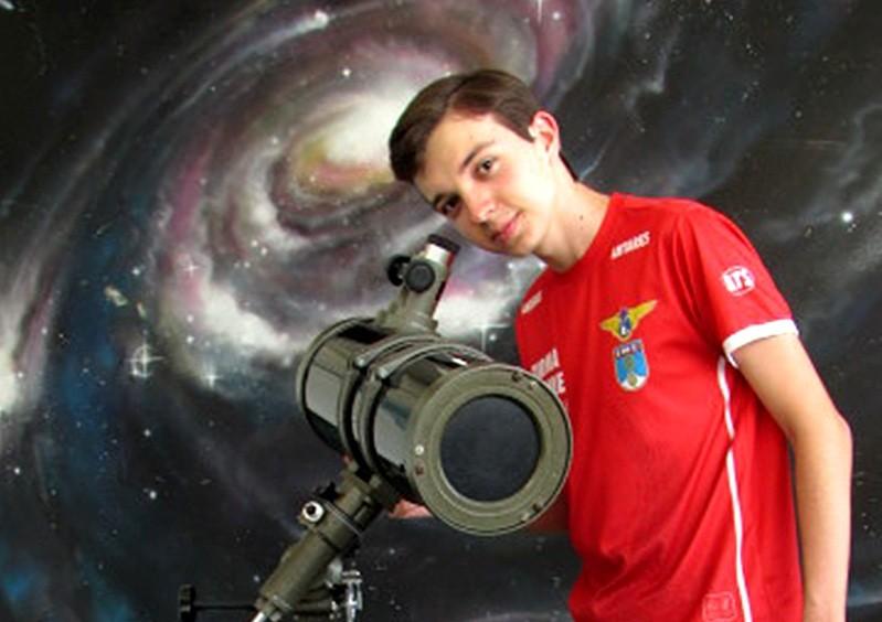 Vinícius Azevedo dos Santos é de Fortaleza (CE) e tem 17 anos: é um dos cinco jovens que irá à Tailândia em novembro para representar o Brasil na Olimpíada Internacional de Astronomia e Astrofísica de 2017 (Foto: divulgação)