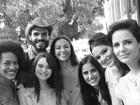 Bruna Marquezine posa com elenco de nova novela em bastidores