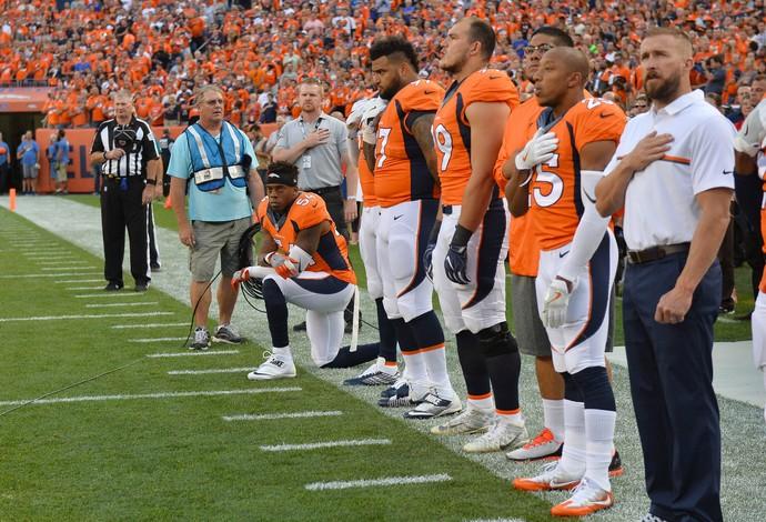 Brandon Marshall se ajoelha durante o hino nacional (Foto: Reuters)