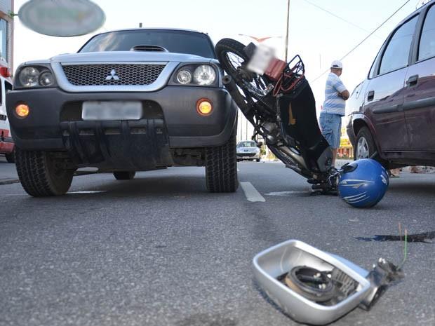 Motociclista colidiu em dois veículos que estavam parados na avenida (Foto: Walter Paparazzo/G1)