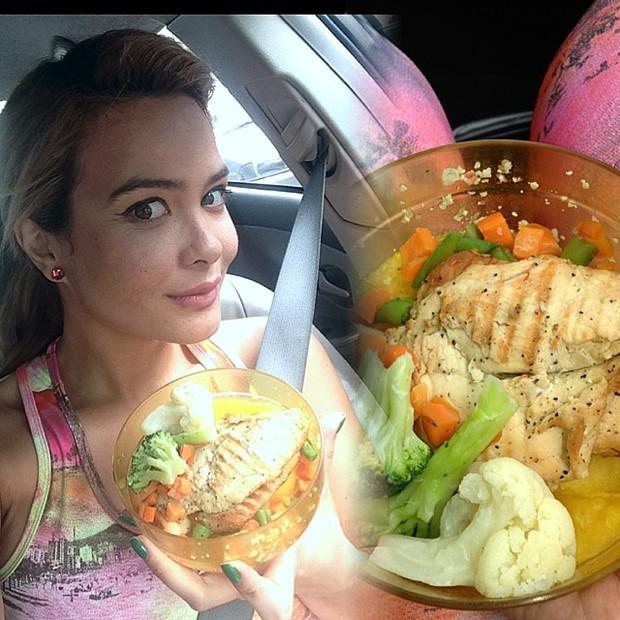 Geisy e a marmita, que foi comida no carro (Foto: Reprodução/Instagram)