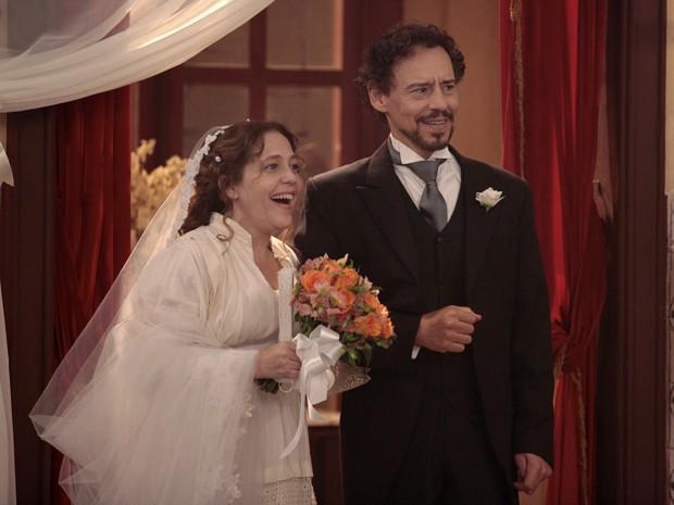 Celinha e Guerra ganham festa de casamento surpresa (Foto: Lado a Lado/TV Globo)