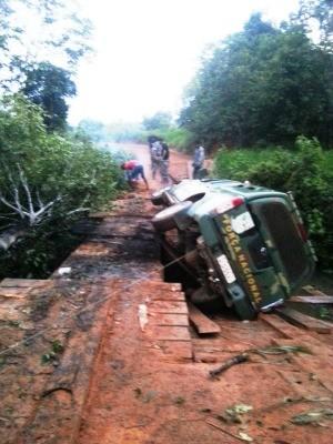 Viatura da For�a Nacional caiu de ponte de madeira durante confronto na Floresta Nacional Bom Futuro (Foto: �duard Motta/Rondoniavip)