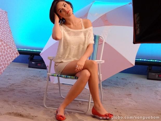 Linda e cheia de charme, Giane grava com sapatos (Foto: Sangue Bom/TV Globo)