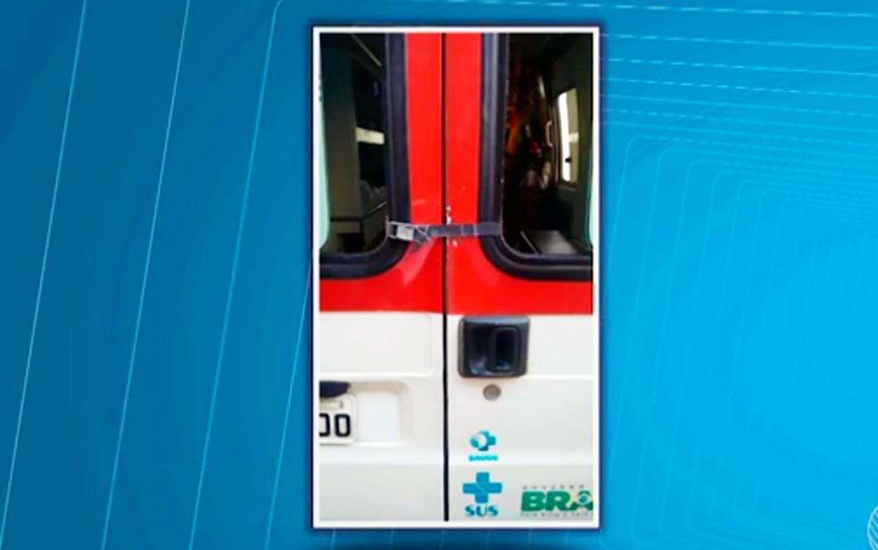 Porta de ambulância do Samu é presa com cinta (Foto: Reprodução/TV Santa Cruz)