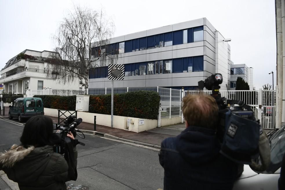 Cinegrafistas filmam sede do partido Frente Nacional que é alvo de investigação sobre suposto emprego fictício em escritório de Marine Le Pen (Foto: CHRISTOPHE SIMON / AFP)