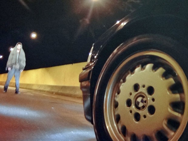 Zenóbio aparece na frente do carro de Fernando (Foto: Amor Eterno Amor/TV Globo)