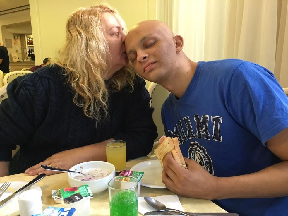 Mãe, Lígia Bezerra,  e filho, Gerardo Filho. A família lançou campanha para custear cirurgia contra câncer do garoto. (Foto: Arquivo Pessoal/ Divulgação)