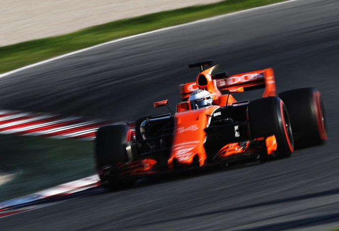 Alonso ficou irritado com problemas nos testes (Foto: Mark Thompson/Getty Images)
