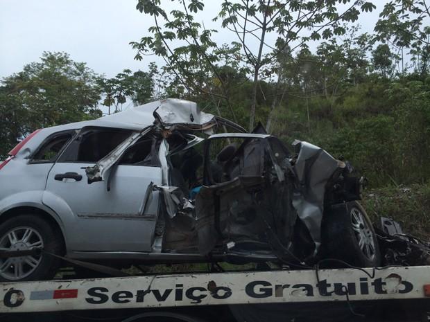 Carro ficou destruído após o acidente (Foto: Rinaldo/Rori)