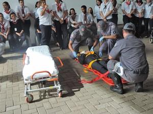 Jovem simulou ser vítima de um acidente dentro da unidade (Foto: Mariane Peres/G1)