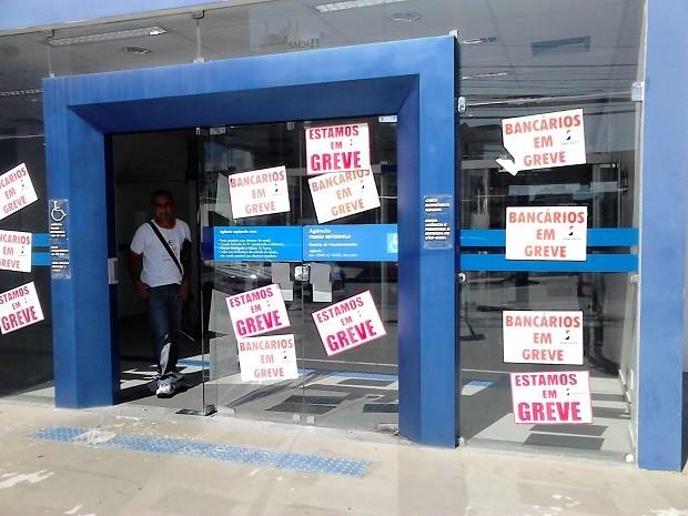 Agências estampam adesivos para indicar que estão em greve (Foto: Karina Dantas/G1)