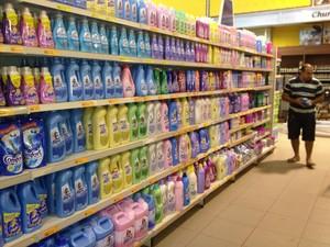Consumidores reclamam do preço de materiais de limpeza (Foto: Fabíola Gomes G1)