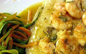 Linguado ao molho de camarão com espaguete de vegetais