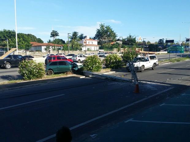 Cosern foi acionada para retirar poste retirado e trânsito seja retomado. (Foto: Fred Carvalho/G1)