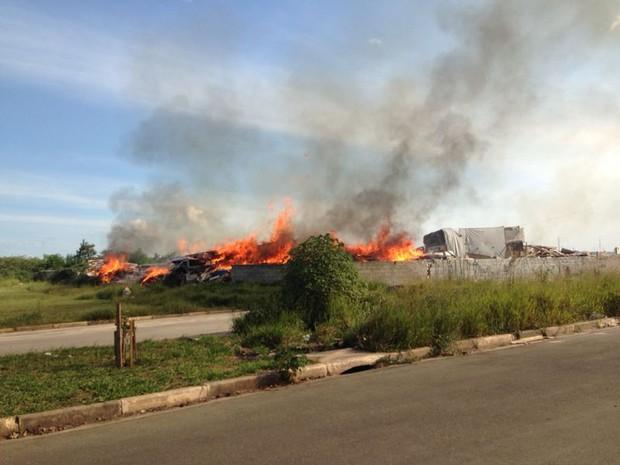 Barraco pega fogo no Miguel Badra Baixo (Foto: Carolina Paes/G1)