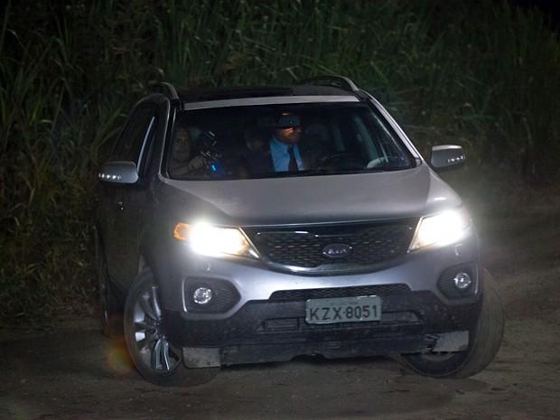 Equipe grava cena tensa de dentro do carro (Foto: Fabiano Battaglin / Gshow)