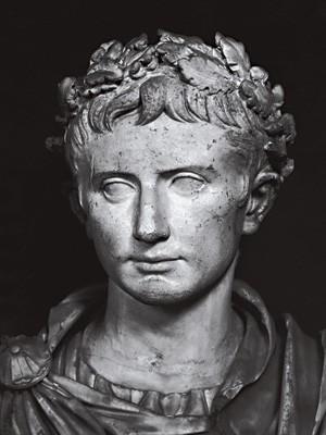 O IMPERADOR Busto de Augusto, o primeiro imperador romano.  De acordo com o livro, ele percebeu a necessidade de criar uma religião para estabilizar um império multiétnico. Sua primeira opção foi tentar divinizar a si próprio. Não deu certo  (Foto: bridgemanart)